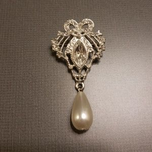 Jewelry - Faux pearl and crystal pin brooch